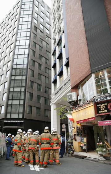異臭騒ぎがあったビル付近に集まった消防隊員ら=26日午後、東京都中央区