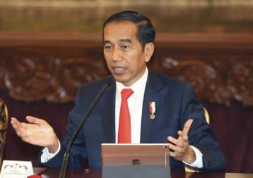 26日、記者会見するインドネシアのジョコ大統領=ジャカルタ(AP=共同)