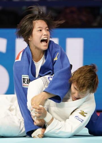 柔道の世界選手権女子52キロ級決勝でロシア選手(下)に一本勝ちし、2連覇を達成した阿部詩=26日、東京・日本武道館