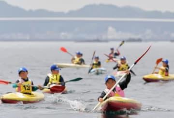 軽快なパドルさばきで蔵之元港を目指す子どもたち=長島海峡の牛深港沖