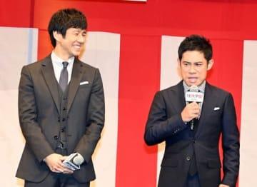 映画「任侠学園」の完成披露試写会に登壇した西島秀俊さん(左)と伊藤淳史さん