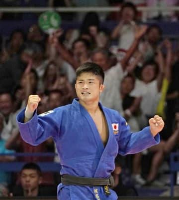 柔道の世界選手権男子66キロ級決勝で韓国選手を破って初優勝し、ガッツポーズの丸山城志郎=26日、東京・日本武道館