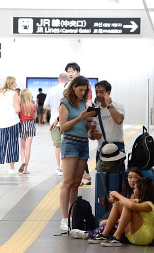 台風10号に伴う計画運休の影響で、JR広島駅で足止めされた外国人観光客=15日、広島市南区(撮影・天畠智則)