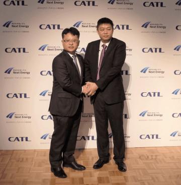 ネクストエナジー・アンド・リソースの伊藤敦社長(左)と、Contemporary Amperex Technology Co., Limited の董事長兼CEO(右)