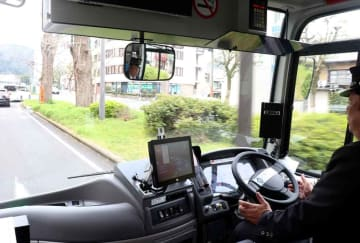 ハンドルやアクセル、ブレーキを自動で操作して走行するバス(2019年3月、大津市京町3丁目)