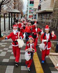 サンタクロース姿で歩く「サンタウォーク」の参加者(2018年12月)