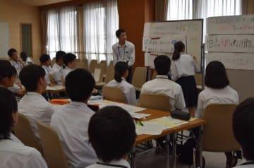 「いじめ防止のための滋賀県宣言」をまとめる生徒たち(大津市・県庁)