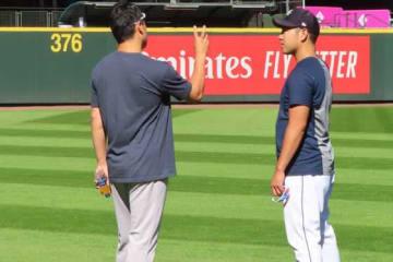 変化球のリリースについてアドバイスを田中(左)に求める菊池【写真:木崎英夫】