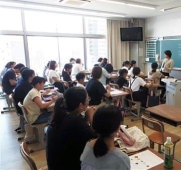 尚絅中がオープンスクールで実施した英語入試のプレテスト=8月3日、熊本市中央区(同中提供)