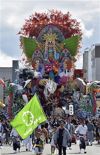今年の山車審査で優秀賞に輝いた「『龍鳳呈祥』~幸せ多い世を~」(中央町二丁目祭礼委員会)=25日・お還り