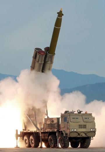 24日、北朝鮮が試射した「ロケット砲」(朝鮮中央通信=共同)