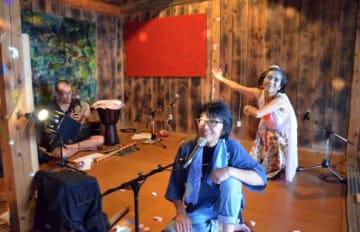 幻想的な空間でトークライブを披露する演者たち=屋久島町宮之浦の町立歴史民俗資料館の網代小屋