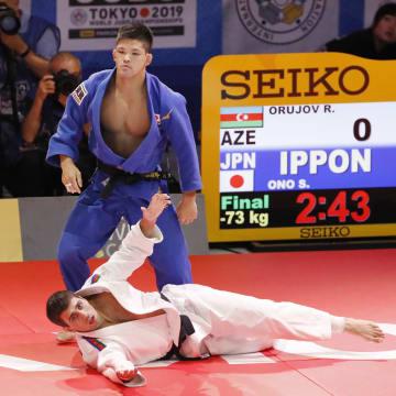 男子73キロ級決勝 アゼルバイジャンのルスタム・オルジョフ(下)を破り優勝した大野将平=日本武道館