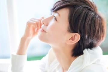 女性ホルモンは同月内でも月経前後で変動しますが、一生を通じても大きく変化します。思春期、成熟期、更年期、閉経後で女性ホルモンの分泌量は大きく異なり、それによって出やすい症状や不調が変わります。