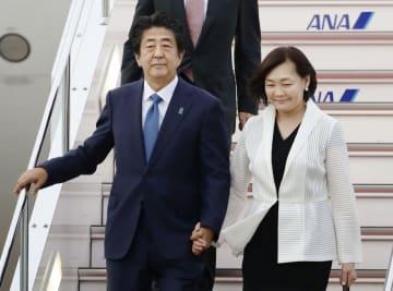 フランスでのG7サミット出席を終え、帰国した安倍首相と昭恵夫人=27日夕、羽田空港