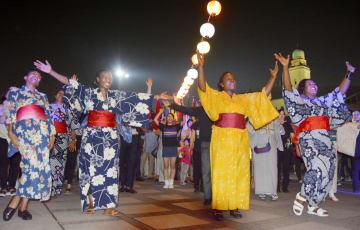 アフリカ開発会議の前夜祭イベントで「アフリカ盆踊り」を踊る人たち=27日夜、横浜市