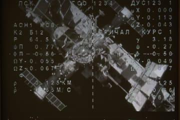 国際宇宙ステーションと宇宙船ソユーズMS14のドッキングの様子を写したスクリーン映像=27日、モスクワ郊外のロシア宇宙飛行管制センター(タス=共同)