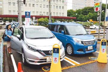 カーシェア用の車が置かれているコインパーキング=富山市内