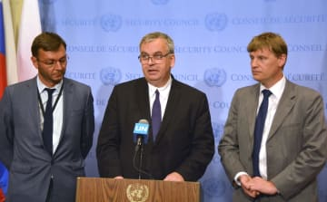 国連安全保障理事会の会合後、北朝鮮を非難する声明を読み上げるドイツのシュルツ国連次席大使(中央)ら英仏独3カ国の代表=27日、米ニューヨークの国連本部(共同)