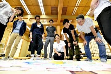 「小さな幸せアクション」を考えるワークショップの参加者=7月28日、福井県福井市の佐佳枝廼社