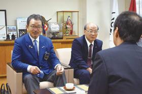 市役所で懇談する福田ガバナー(左)