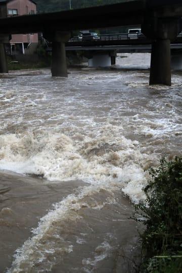増水した江迎川。午前11時20分ごろから約1時間半にわたり氾濫危険水位を超えた=27日午後1時46分、佐世保市江迎町