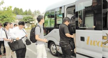 東芝メモリ北上工場が運行する通勤バス=北上市のJR村崎野駅前