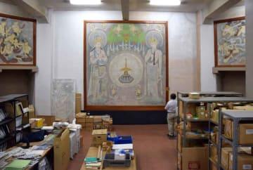 3面の宗教壁画を飾る別館内部。建物の老朽化が進むが後継施設のめどは立たない(大津市打出浜・県立琵琶湖文化館)