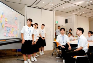 アイデアを発表する高校生まちづくり課職員の生徒ら