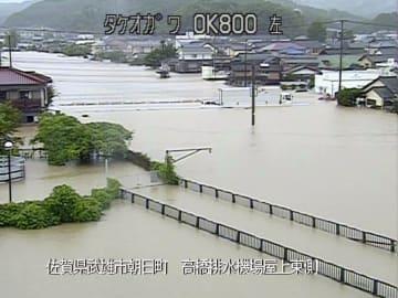 大雨の影響で増水した佐賀県武雄市内を流れる武雄川=28日午前(国土交通省九州地方整備局提供)