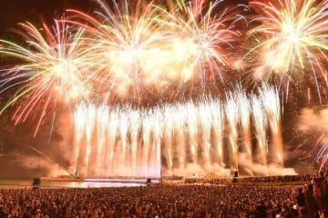 安室奈美恵さんの引退日、県内過去最大の花火が盛大に打ち上げられた=2018年9月16日、沖縄県・宜野湾トロピカルビーチ