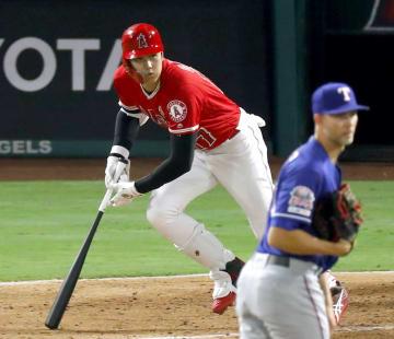 レンジャーズ戦の7回、左前打を放つエンゼルス・大谷。投手マイナー=アナハイム(共同)