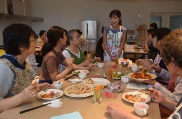 伊賀るり子さん(中央)を講師に行われた料理教室