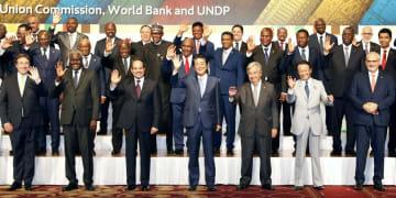 第7回「アフリカ開発会議(TICAD)」の開幕を前に、記念写真に納まる安倍首相(前列中央)と各国首脳ら=28日午後、横浜市