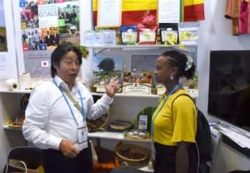 ウガンダでの活動を紹介するネイチャリング・プロジェクトの松村一芳代表(左)=横浜市のパシフィコ横浜