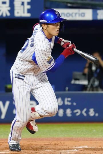 12回DeNA2死満塁、代打山本が右前にサヨナラ打を放つ=横浜