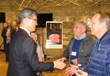 県産品をPRするイベントで、招待客と談笑する河野知事(手前左)=現地時間26日午後8時半、ブラジル・サンパウロ市(県提供)