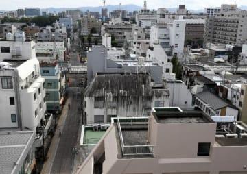 空き店舗が減っている宮崎市の中心市街地。雑居ビルが並ぶ中、きれいに塗り直された外壁(手前)も見られる=28日午後、宮崎市橘通東3丁目