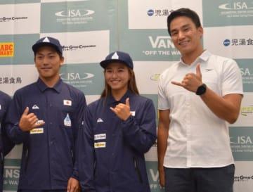 ワールドゲームスに出場する(左から)村上舜、松田詩野選手と、アンバサダーの松田丈志さん=28日午後、東京都新宿区
