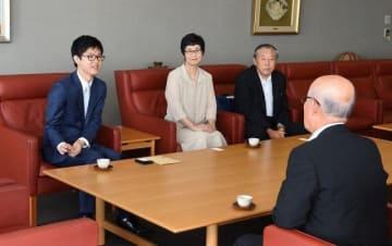 越宗会長に昇段を報告する佐田四段(左)