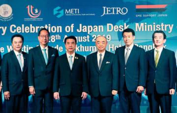 タイ工業省工業振興局ジャパンデスクの開設10周年記念式典に出席した佐渡島駐タイ日本大使(右から3人目)、ジェトロ・バンコク事務所の竹谷所長(右端)ら=28日、タイ・バンコク(NNA撮影)