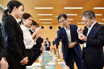 開発に取り組む学生と、ジェラートを試食する風間学長(右から2番目)、岩澤村長(右端)=26日、相模原市南区