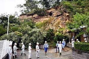 崖崩れの起きた現場を調査する国土交通省専門家チームのメンバーら=28日午後、いわき市鹿島町久保