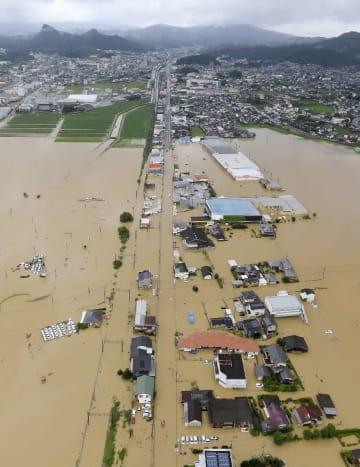 線状降水帯による猛烈な雨の影響で、冠水した武雄市の市街地。左上は御船山=28日正午ごろ(共同通信社ヘリから)