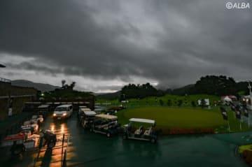 大雨の影響でスタートが遅れる国内男子ツアー(撮影:佐々木啓)