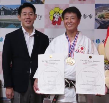【アジア・オセアニア空手道選手権で優勝した西村さん(右)=伊勢市役所で】