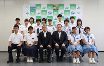 韓国やイタリアから帰国した中学生ら=雲仙市役所