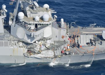 コンテナ船との衝突で損傷した米海軍イージス駆逐艦フィッツジェラルドの右舷部分=2017年6月、静岡県下田市沖