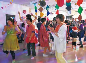 楽しそうに踊る参加者