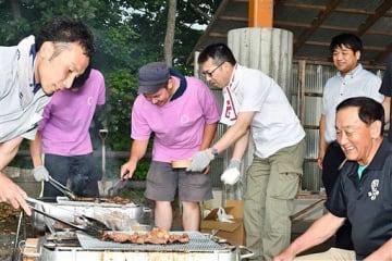 サガリ肉の食べ比べを行う長尾市長(右端)や平川サガリ研究会の会員ら